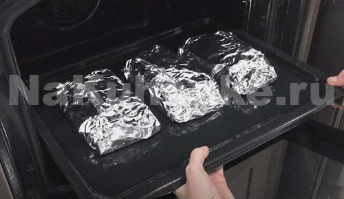 Поместить мясо в духовку