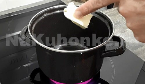 Растопить кусочек масла