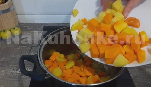 Добавка овощей к луку